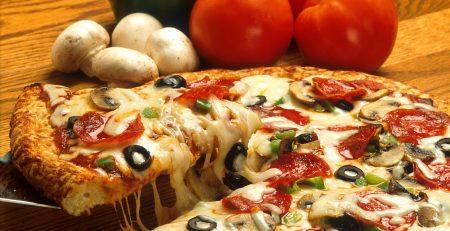 піца домашня з ковбасою