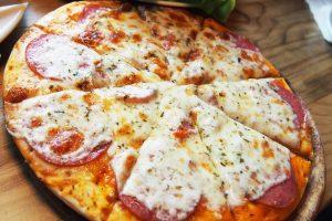 домашня піца з ковбасою і сиром