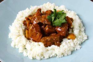 телячий гуляш з рисом