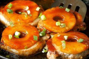 телятина з ананасами під сиром